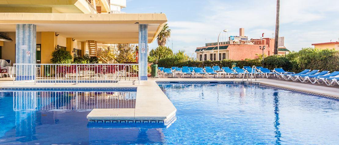 Piscina exterior del hotel Cervantes en Torremolinos